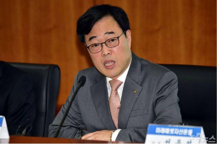 김기식에 '철퇴' 내린 선관위, '이중 플레이' 논란